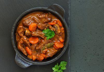 Stoofvlees in pan met groen blad